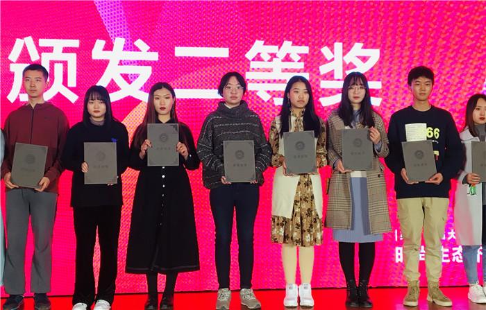 二等奖学生代表张雪瑶同学上台领奖.jpg