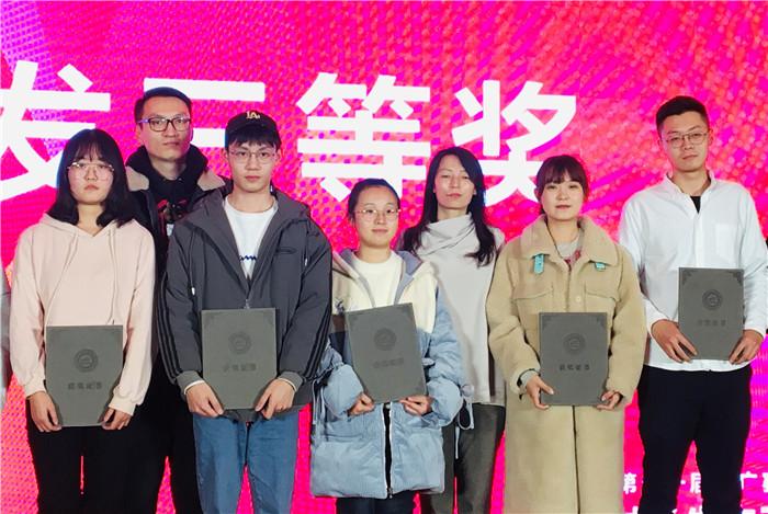 三等奖学生代表王博雅上台领奖.jpg